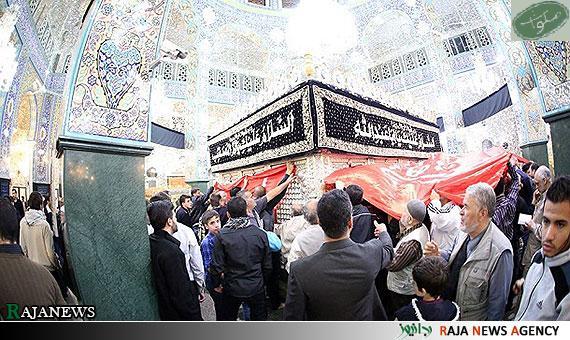 پرچم امام حسین در حرم حضرت زینب