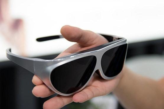 عینک آفتابی و هدست واقعیت مجازی