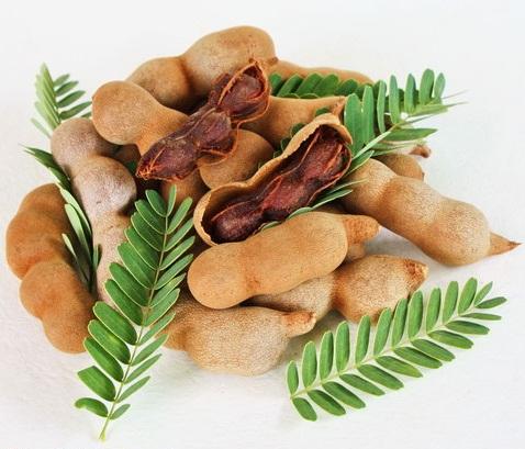 تمر هندی رسیده که شیرینتر میباشد در بسیاری از مناطق به عنوان میوه مصرف میشود. تمر هندی همچنین برای تهیهٔ دسر، مربا، شربت، بستنی، آبمیوه و نوشیدنی مورد استفاده قرار میگیرد. برای تهیهٔ بسیاری از سسها نیز از تمر هندی استفاده میشود.