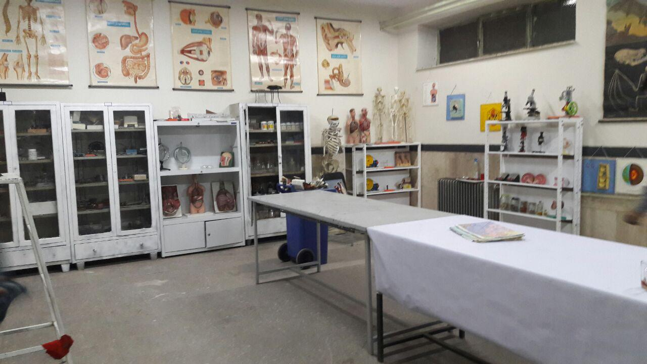 آزمایشگاه دبیرستان شهدای صنف گردبافان به مکان مناسبتری انتقال یافت.