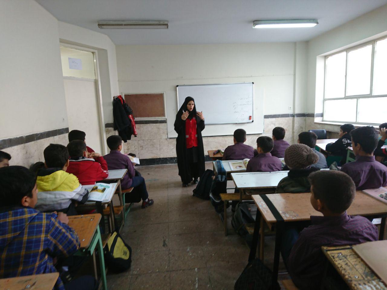 شهرداری منطقه 16 تهران کارگاه مانور زلزله را در دبیرستان شهدای صنف گردبافان برگزار کرد.