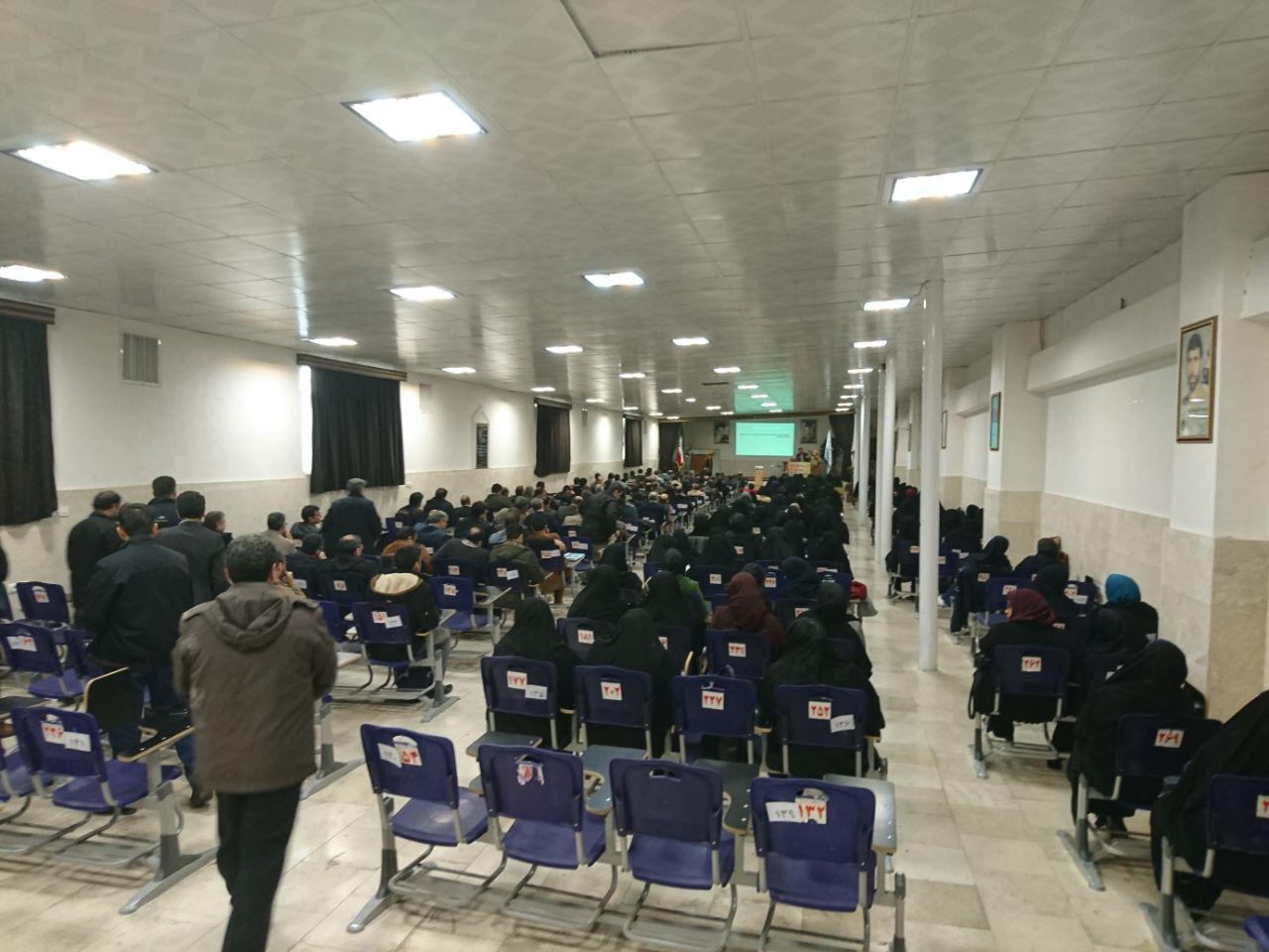 مدیریت دبیرستان شهدای صنف گردبافان، جناب آقای خانیان، درجلسه ی سند تحول بنیادین شرکت کردند.