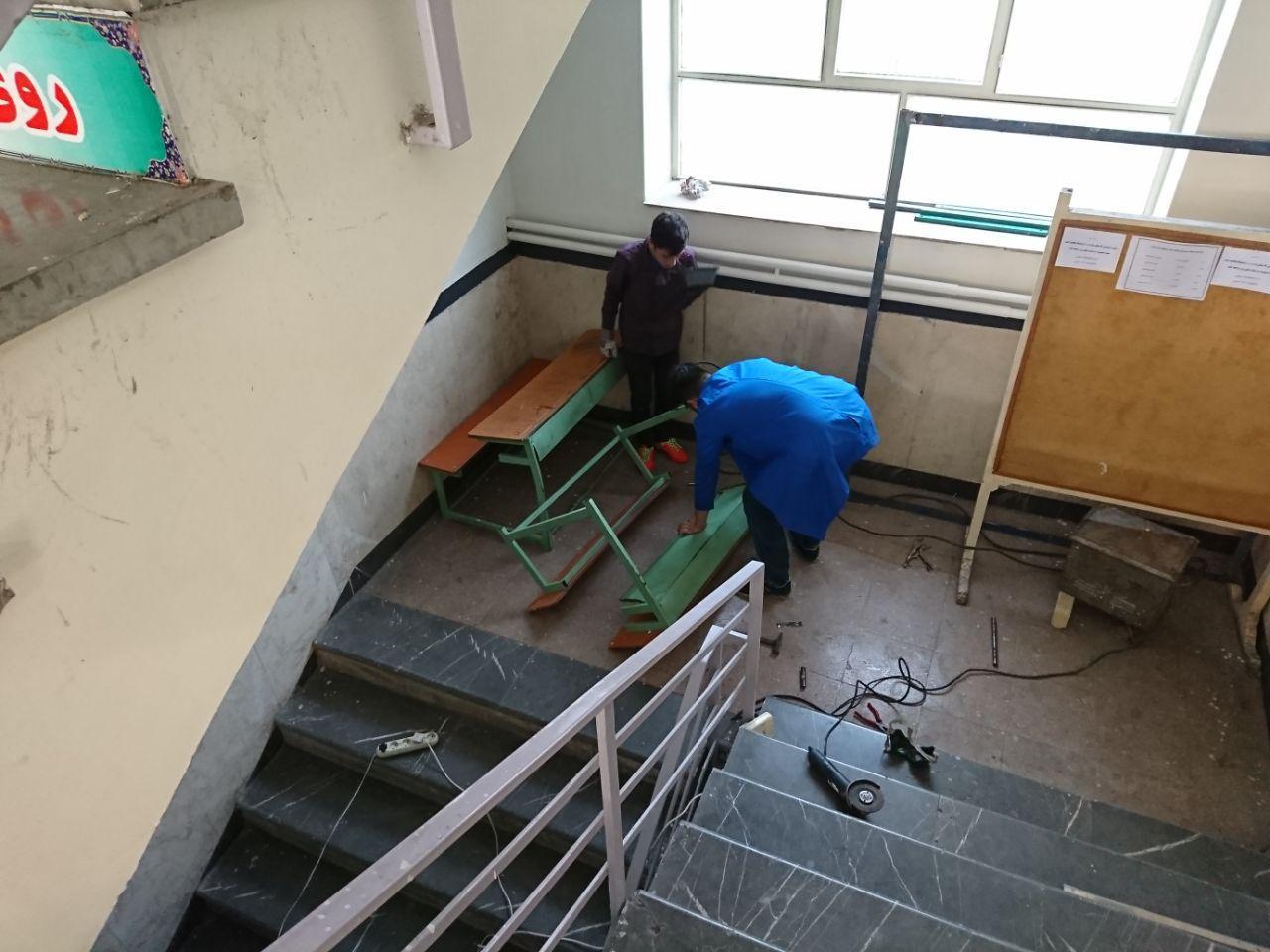 نیمکت های مستعمل دبیرستان تعمیر شد.