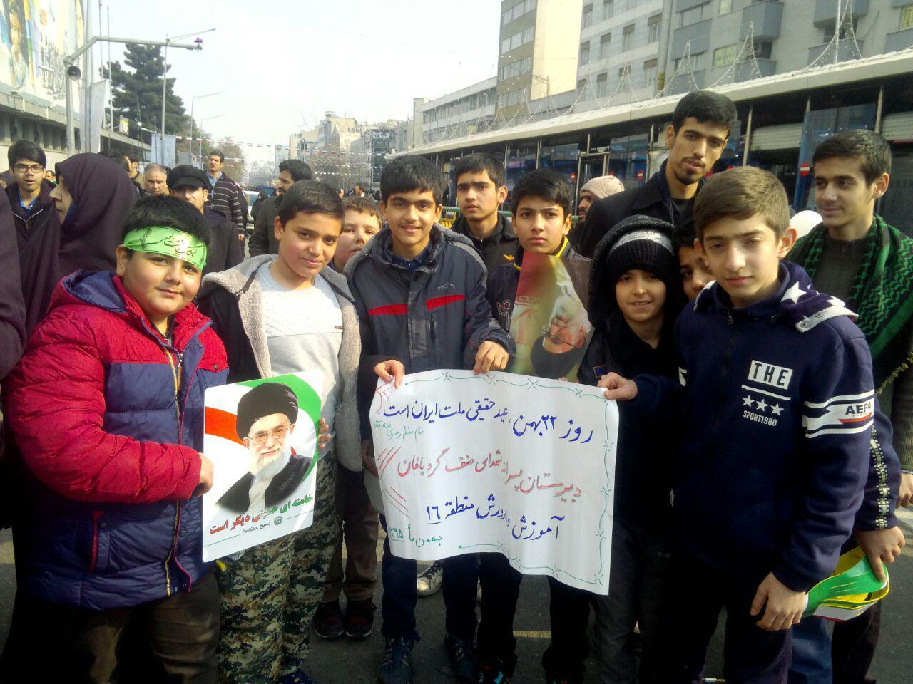 دانش آموزان دبیرستان شهدای صنف گردبافان در راهپیمایی 22 بهمن شرکت کردند.