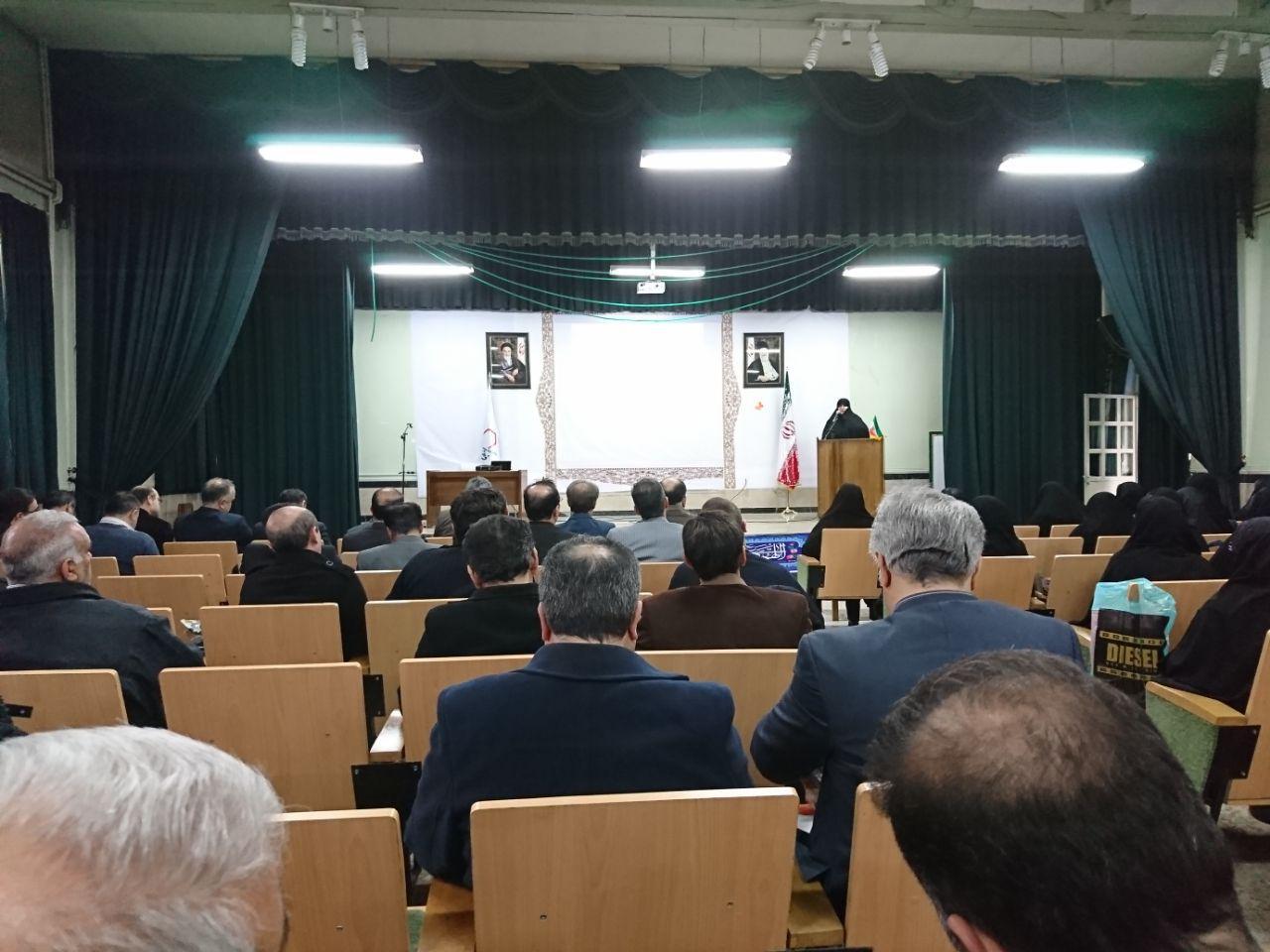 مدیریت دبیرستان شهدای صنف گردبافان در جلسه ارزیابی و عملکرد منطقه شرکت کردند.