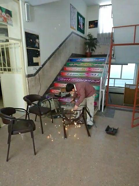 صندلی های دبیران توسط دانش آموزان استادکار دبیرستان تعمیر شدند.