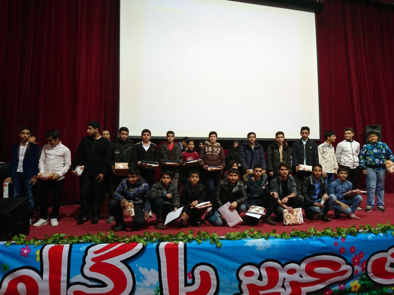 جشن تکلیف و تقدیر از دانش آموزان برتر دبیرستان شهدای صنف گردبافان در تالار شریعتی برگزار شد.