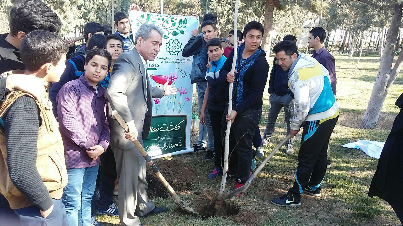 دانش آموزان دبیرستان شهدای صنف گردبافان روز درختکاری را با کاشت درخت در بوستان ولایت گرامی داشتند.