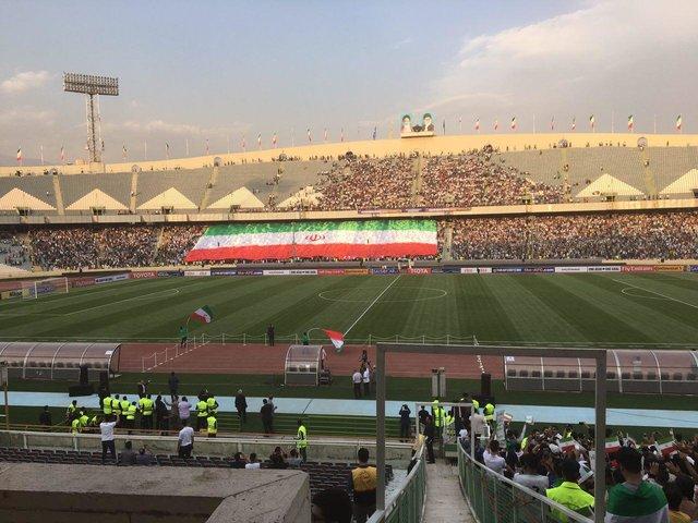 نمایش بزرگترین پرچم ایران در بازی با چین