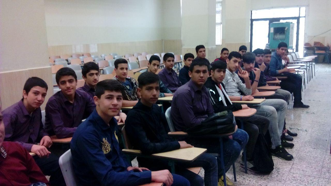 حضور دانش آموزان دبیرستان شهدای صنف گردبافان در هنرستان های منطقه درطرح یک روز بازدید از هنرستان ه�