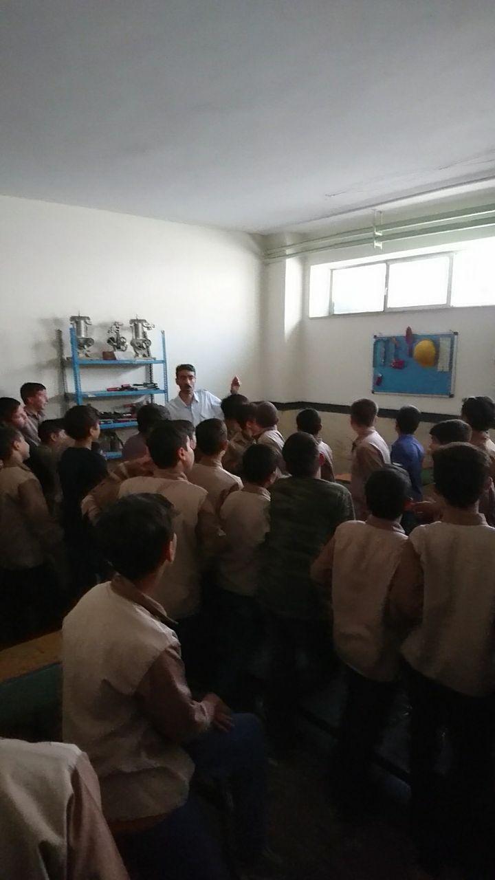 بازدید دانش آموزان پایه ششم مدرسه ی معصومی لاری از دبیرستان شهدای صنف گردبافان