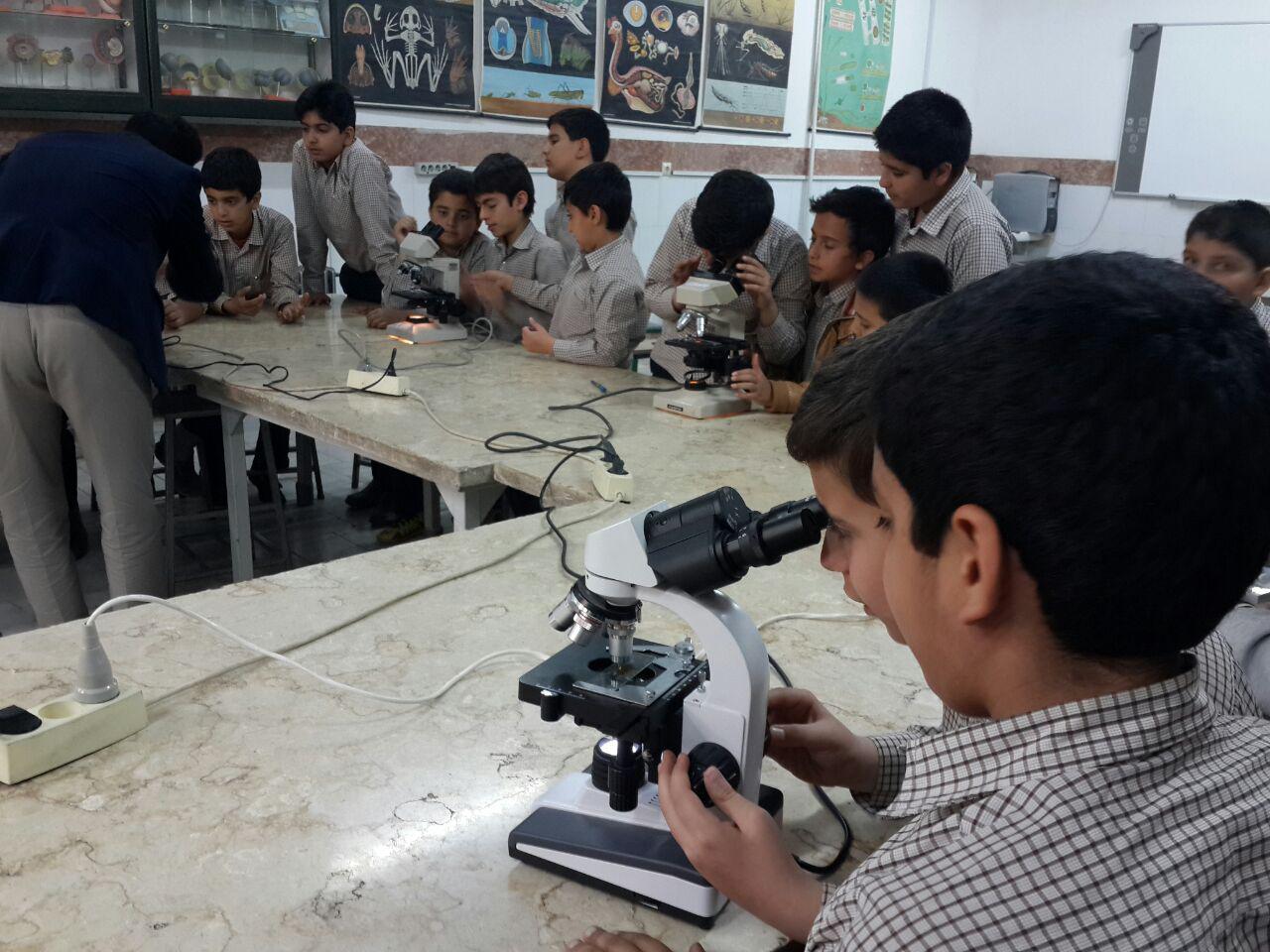 دانش آموزان در آزمایشگاه مرکزی