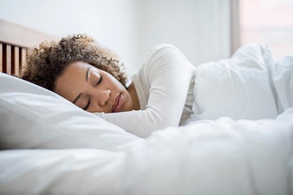 با ارایش خوابیدن چه فاجعه ای بر روی پوست ایجاد میکند