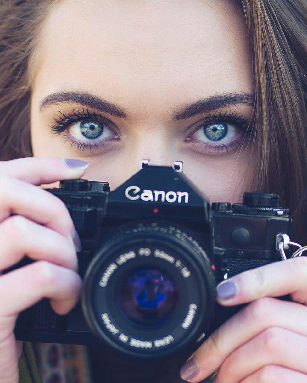 عکس دختر با دوربین