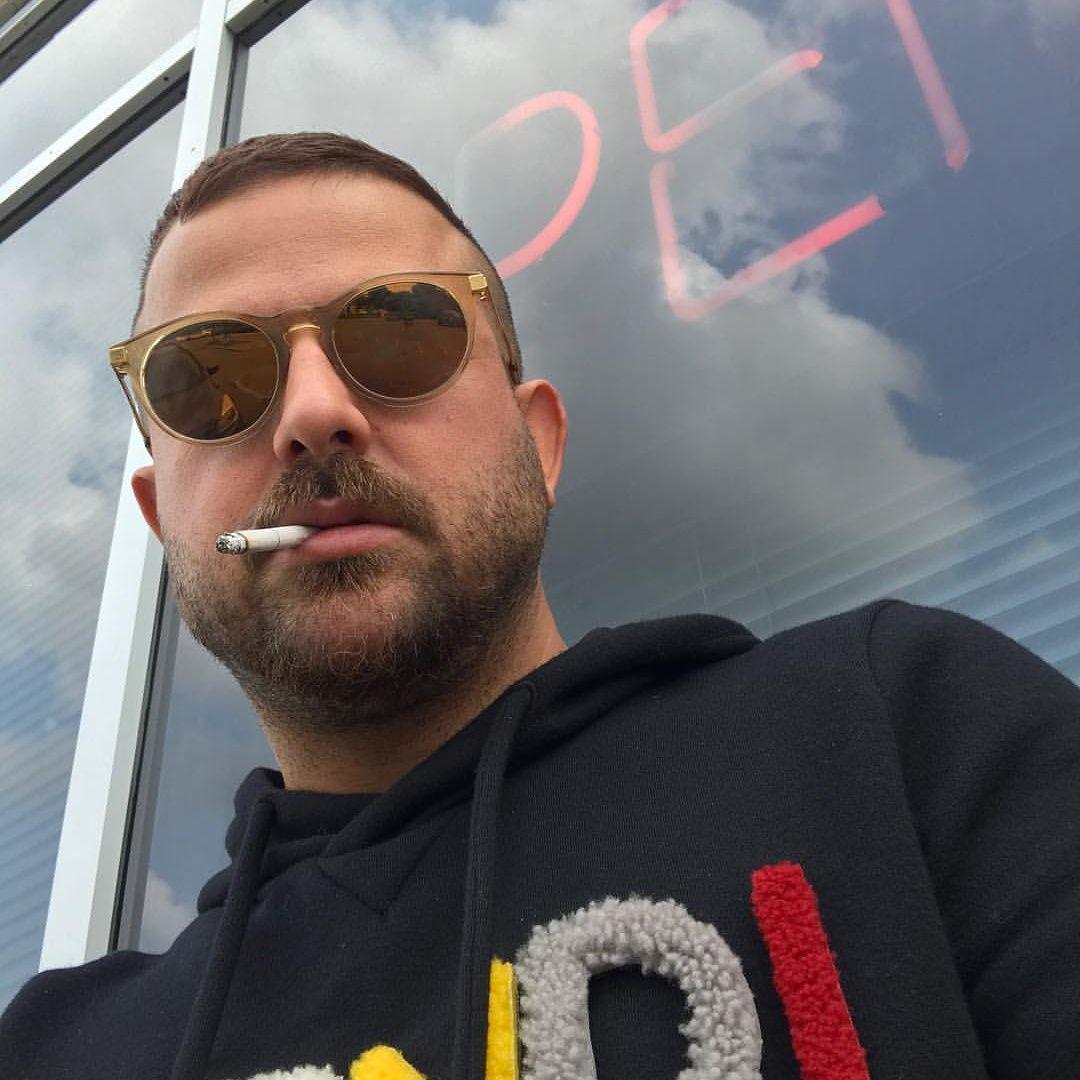 هومن سیدی و سیگار