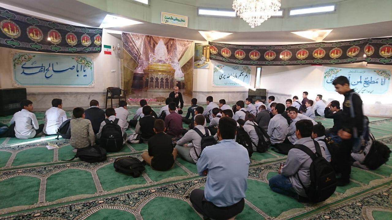 مراسم روحانی زیارت عاشورا درنمازخانه ی دبیرستان شهدای صنف گردبافان برپا شد.