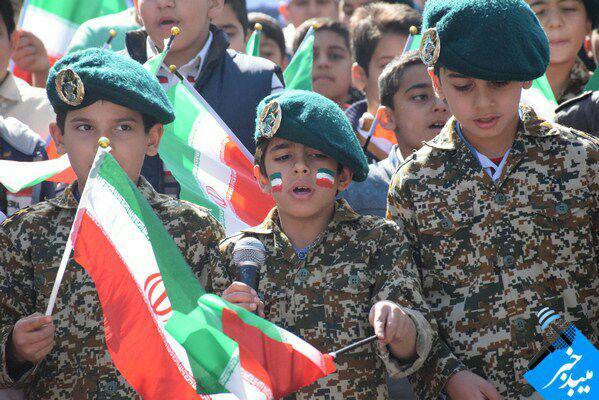 سرود همگانی دانش آموزان آموزشگاه در راهپیمایی 22 بهمن شهرستان میبد