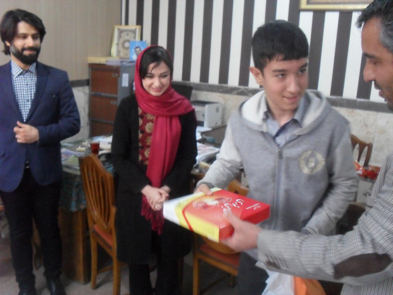 اهدای هدایا به دانش آموزان برتر دبیرستان شهدای صنف گردبافان در نیمسال اول سال تحصیلی 96-97