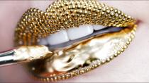 میکاپ صورت با رژ لب طلایی لاکچری