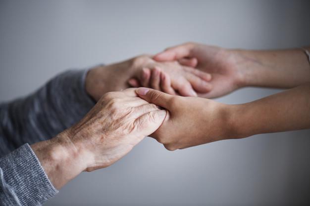 مراقبت افراد آلزایمری باشید و تنهایشان نگذارید
