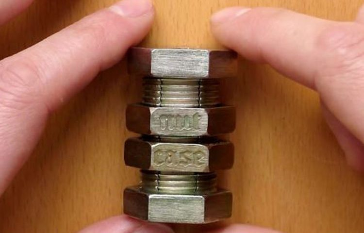پازل خلاقانه مهندسی.این مهره چگونه از این پیچ خارج می شود؟