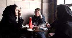نازنين و مهسا دو دختر جوان در حال سيگار کشيدن