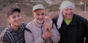 عکس سه نفره حاج قاسم سليماني در حال کوهنوردي