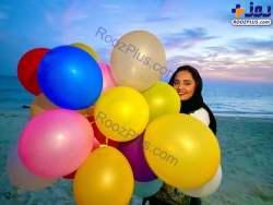 نرگس محمدي با بادکنک هاي رنگارنگ در ساحل کيش