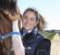 اين خانم مربي اسب سردار آزمون است