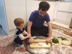 وزير ارتباطات در حال غذا درست کردن در خانه
