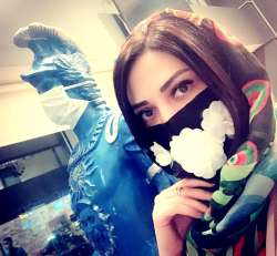 ليلا اوتادي با ماسک پر از گل سفيد