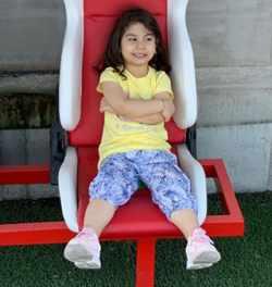 عکس دختر بيرانوند نشسته روي صندلي
