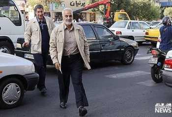 سردار حاج قاسم سليماني در يکي از خيابان هاي تهران