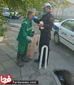 پليس تهران در حال ماسک زدن کارگر شهرداري