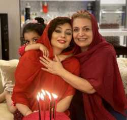 عکس دونفره يکتا ناصر در کنار مادرش