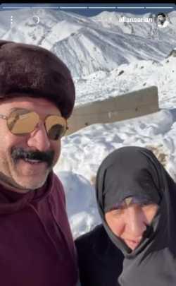 علي انصاريان و مادرش در کوه هاي پر برف
