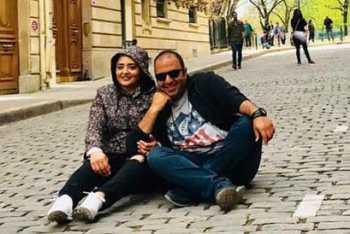 نرگس محمدي و علي اوجي نشسته وسط خيابان