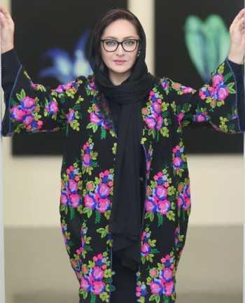مدل مانتوي نيکي کريمي بازيگر سينما با گلهاي بهاري