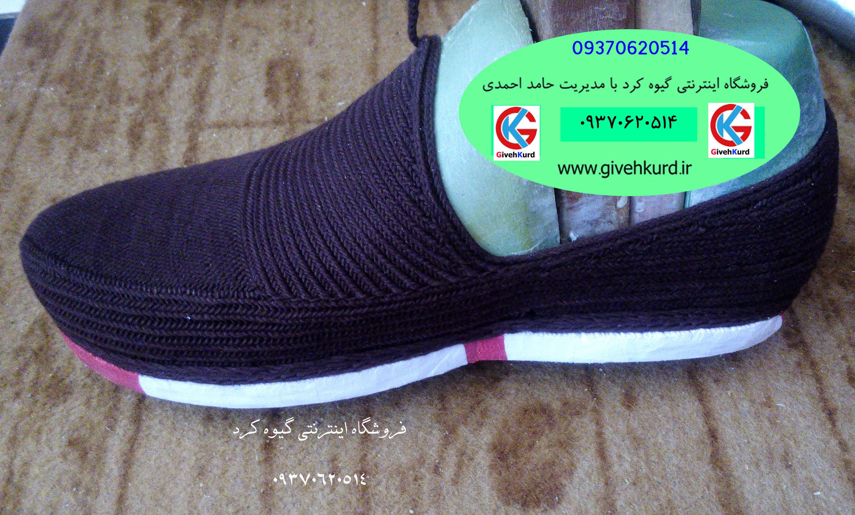 کفش کلاش قهوه ای با کفی سفید قرمز