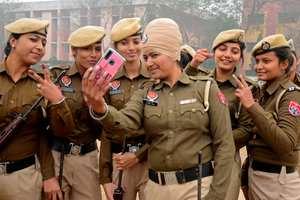 لباس خانم هاي پليس در هند+ عکس