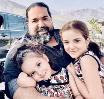 رضا صادقي خواننده معروف در کنار دخترهايش