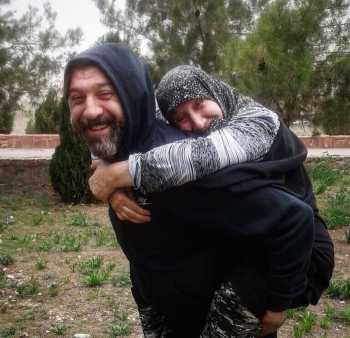 عکسي عاشقانه از علي انصاريان و مادرش