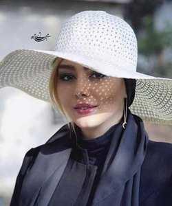 سحر قريشي با کلاه سفيد