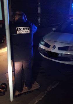 افسر پليس در حال نماز خواندن کنار خيابان
