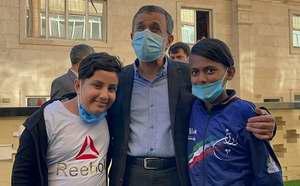 محمود احمدي نژاد با کودکان بي سرپرست فوتبال بازي کرد