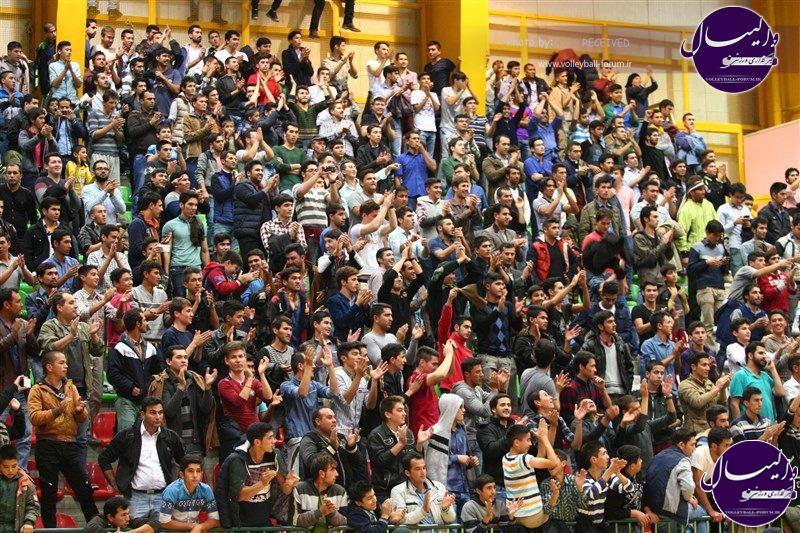 تصویر هواداران گنبدی تیم والیبال بازرگانی جواهری گنبد